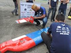 Integrantes da equipe F-Carranca com a aeronave Dazinha.