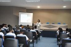 Professora Gabriela Lemos, em palestra para estudantes na Expofarma: área de atuação do profissional de Farmácia.