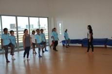 Participantes do projeto fazem aula de pilates.