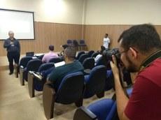 O estagiário João Pedro Ramalho, em cobertura fotográfica de evento.