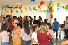 A confraternização junina aconteceu no hall e corredor do 1º andar do prédio da reitoria.