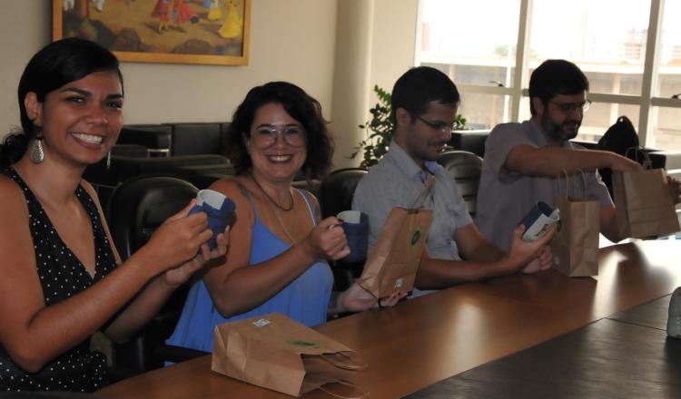 """Servidores recebendo o """"Kit Univasf Sustentável"""""""